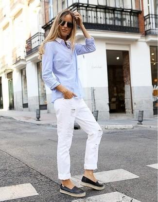 Comment porter: chemise de ville bleu clair, jean boyfriend déchiré blanc, baskets à enfiler en cuir noires