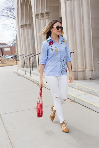 Comment porter: chemise de ville brodée bleu clair, jean skinny déchiré blanc, ballerines en daim marron clair, sac bandoulière en cuir matelassé rouge