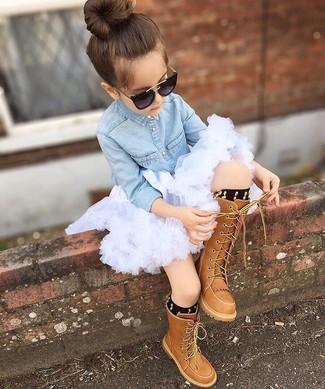 Comment porter: chemise de ville en denim bleu clair, jupe de tulle blanche, bottes marron, chaussettes noires