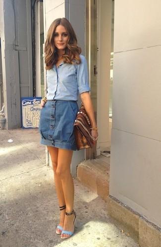 Comment porter: chemise de ville en chambray bleu clair, jupe boutonnée en denim bleue, sandales à talons en cuir bleu clair, pochette en cuir marron