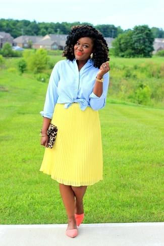 Comment porter: chemise de ville bleu clair, jupe mi-longue plissée jaune, ballerines en cuir orange, pochette en daim imprimée léopard marron clair