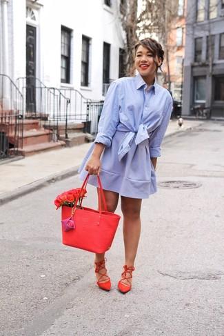 Comment porter: chemise de ville bleu clair, jupe patineuse bleu clair, sandales spartiates en daim rouges, sac fourre-tout en cuir rouge