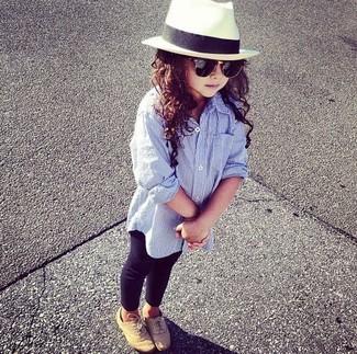 Comment porter: chemise de ville bleu clair, leggings noirs, chaussures richelieu marron clair, chapeau blanc
