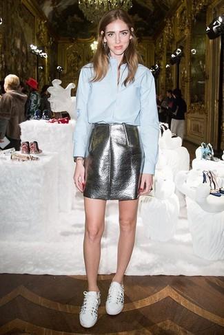 Comment porter: chemise de ville bleu clair, minijupe en cuir argentée, baskets basses blanches