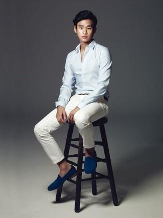 Comment s'habiller à l'adolescence: Pense à porter une chemise de ville bleu clair et un pantalon chino blanc pour créer un look chic et décontracté. Choisis une paire de des slippers en daim bleus pour afficher ton expertise vestimentaire.