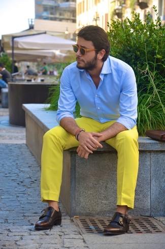 Comment porter: chemise de ville bleu clair, pantalon chino jaune, double monks en cuir marron foncé, lunettes de soleil marron clair