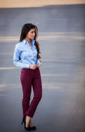 Une chemise de ville bleue claire et un pantalon slim bordeaux sont appropriés à la fois pour les événements chic et décontractés et une tenue de tous les jours. Assortis ce look avec une paire de des escarpins en daim noirs.