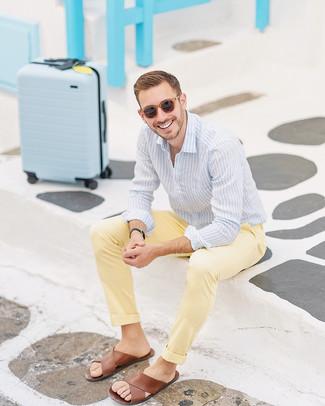 Comment porter: chemise de ville à rayures verticales bleu clair, sandales en cuir marron, lunettes de soleil marron, montre en cuir noire