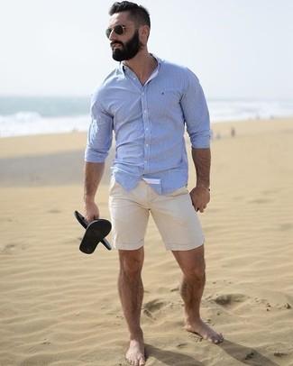 Comment porter: chemise de ville bleu clair, short beige, sandales en caoutchouc noires, lunettes de soleil noires