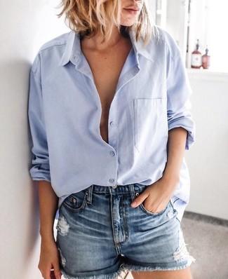 Un short à porter avec une chemise de ville bleu clair: Pense à opter pour une chemise de ville bleu clair et un short pour un look de tous les jours facile à porter.