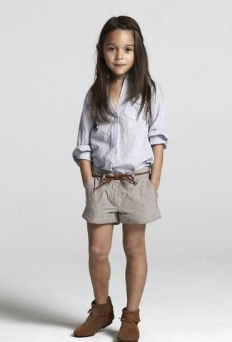 Comment porter: chemise de ville bleu clair, short gris, bottes ugg marron foncé