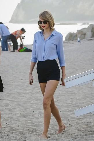 Tenue de Taylor Swift: Chemise de ville bleu clair, Short noir, Lunettes de soleil noires
