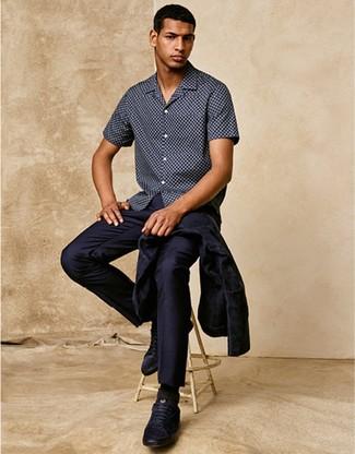 Comment porter: chemise de ville bleu marine, chemise à manches courtes á pois bleu marine, baskets basses en cuir bleu marine, chaussettes noires