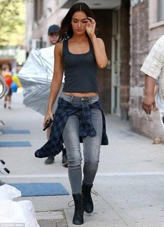 Comment porter un débardeur gris foncé: Associe un débardeur gris foncé avec un jean skinny déchiré gris pour un look confortable et décontracté. Une paire de des bottines plates à lacets en daim noires est une option judicieux pour complèter cette tenue.