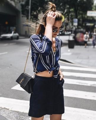 Comment porter: chemise de ville en soie à rayures verticales bleu marine et blanc, minijupe en daim bleu marine, sac bandoulière en cuir noir, lunettes de soleil noir et doré