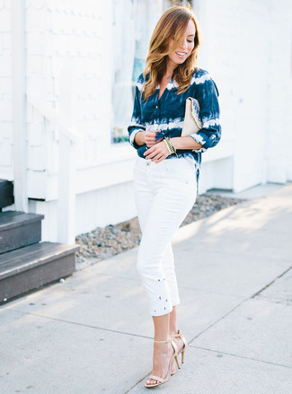Comment porter: chemise de ville imprimé tie-dye bleu marine et blanc, pantacourt blanc, sandales à talons en cuir beiges, pochette de paille beige