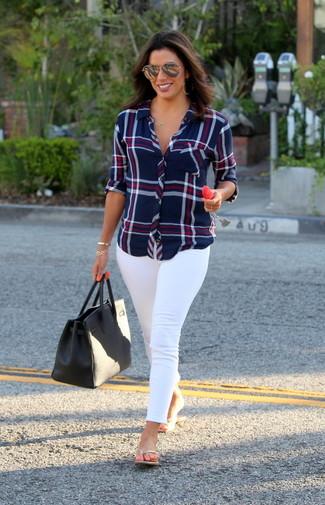 Comment porter: chemise de ville écossaise bleu marine, jean skinny blanc, tongs en cuir dorées, sac fourre-tout en cuir noir