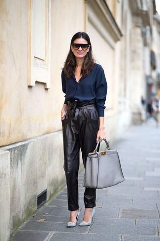 Comment porter: chemise de ville bleu marine, pantalon carotte en cuir noir, escarpins en cuir gris, sac fourre-tout en cuir gris