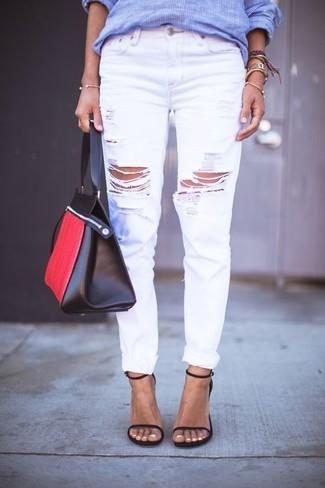 Comment porter: chemise de ville à rayures verticales bleue, jean boyfriend déchiré blanc, sandales à talons en cuir noires, sac fourre-tout en cuir rouge et noir