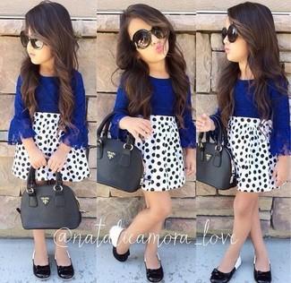 Comment porter: chemise de ville bleue, jupe á pois blanche, ballerines noires