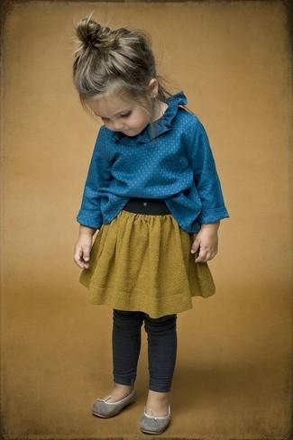 Comment porter: chemise de ville bleue, jupe moutarde, leggings gris foncé, ballerines grises