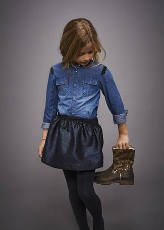 Comment porter: chemise de ville en denim bleue, jupe noire, bottes marron foncé, collants noirs