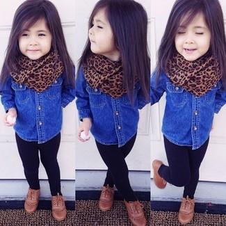 Comment porter: chemise de ville en denim bleue, leggings noirs, chaussures richelieu marron, écharpe marron