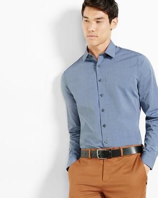 Comment porter: chemise de ville bleue, pantalon chino tabac, ceinture en cuir noire