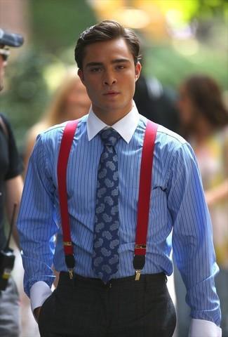Comment porter: chemise de ville à rayures verticales bleue, pantalon de costume à carreaux gris foncé, cravate imprimée cachemire bleue, bretelles rouges
