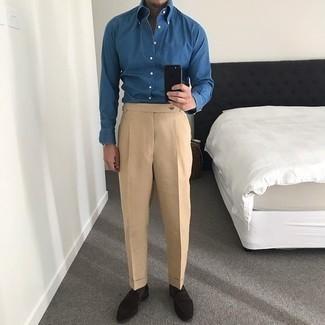 Comment porter une chemise de ville en chambray bleue: Harmonise une chemise de ville en chambray bleue avec un pantalon de costume marron clair pour un look pointu et élégant. Pour les chaussures, fais un choix décontracté avec une paire de des slippers en daim marron foncé.