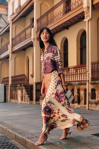 Comment porter des sandales à talons en cuir argentées: Harmonise une chemise de ville à carreaux bordeaux avec une jupe longue en soie à fleurs beige pour une tenue idéale le week-end. Une paire de des sandales à talons en cuir argentées est une option génial pour complèter cette tenue.