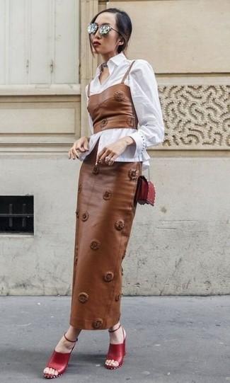 Comment porter: chemise de ville blanche, bustier en cuir marron, jupe longue en cuir marron, sandales à talons en cuir rouges