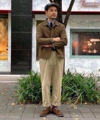 Comment porter une casquette plate grise: Essaie d'harmoniser une chemise de ville en chambray bleu clair avec une casquette plate grise pour un look confortable et décontracté. Une paire de des chaussures brogues en daim marron ajoutera de l'élégance à un look simple.