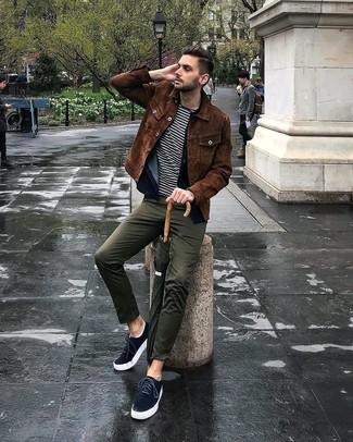 Comment porter: chemise de ville en daim marron, chemise en jean bleu marine, t-shirt à col rond à rayures horizontales blanc et noir, pantalon chino olive
