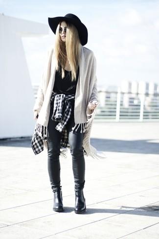Comment porter: chemise de ville à carreaux noire et blanche, débardeur noir, jean en cuir noir, bottines chelsea en cuir noires