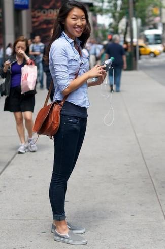 Comment porter un débardeur gris foncé: Essaie d'associer un débardeur gris foncé avec un jean skinny bleu marine pour une tenue relax mais stylée. Une paire de des baskets à enfiler grises est une option parfait pour complèter cette tenue.