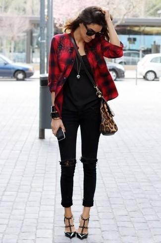 Marie une chemise de ville à carreaux rouge avec un jean skinny déchiré noir pour créer un style chic et glamour. Jouez la carte classique pour les chaussures et choisis une paire de des escarpins en cuir à clous noirs.