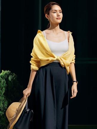 Comment porter: chemise de ville en vichy jaune, débardeur blanc, jupe mi-longue plissée noire, sac bourse en cuir noir