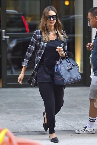 Comment porter: chemise de ville écossaise gris foncé, débardeur bleu marine, pantalon carotte noir, ballerines en cuir noires