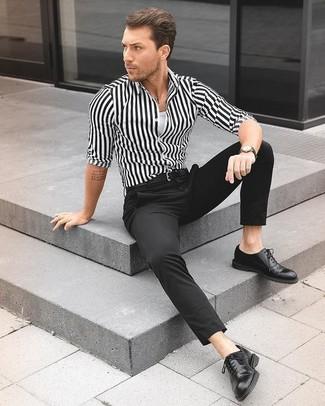 Comment porter: chemise de ville à rayures verticales blanche et noire, débardeur blanc, pantalon de costume noir, chaussures richelieu en cuir noires
