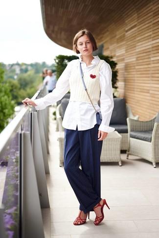 Comment porter: chemise de ville blanche, débardeur en tricot blanc, pantalon de costume à rayures verticales bleu marine, sandales à talons en cuir rouges