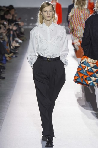 Comment porter: chemise de ville blanche, débardeur en soie blanc, pantalon large noir, chaussures richelieu en cuir noires