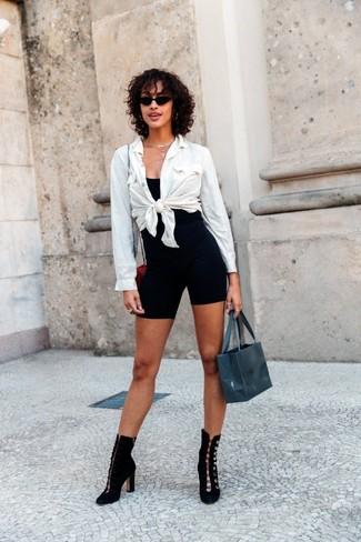 Comment porter: chemise de ville blanche, débardeur noir, short cycliste noir, bottines en daim noires