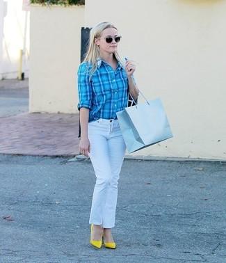 Comment porter: chemise de ville écossaise turquoise, jean blanc, escarpins en cuir jaunes