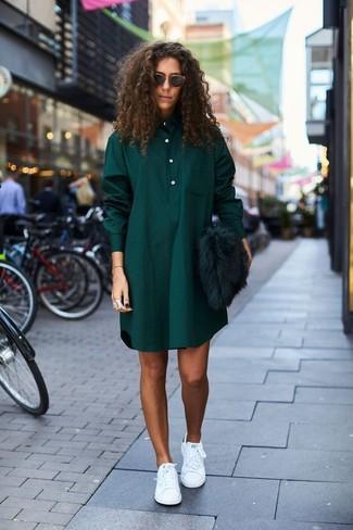 Comment porter: chemise de ville écossaise vert foncé, baskets basses en cuir blanches, pochette en fourrure vert foncé