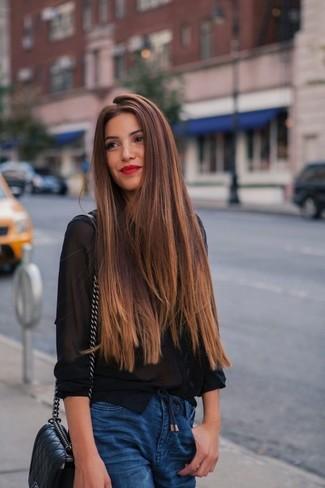 Comment porter: chemise de ville en chiffon noire, jean boyfriend bleu, sac bandoulière en cuir matelassé noir