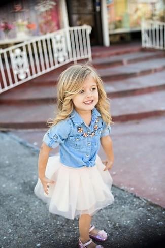 Comment porter: chemise de ville en denim bleu clair, jupe de tulle blanche, ballerines roses