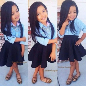 Comment porter: chemise de ville en denim bleu clair, jupe noire, ballerines marron clair