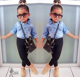 Comment porter: chemise de ville en denim bleu clair, leggings noirs, chaussures richelieu marron clair