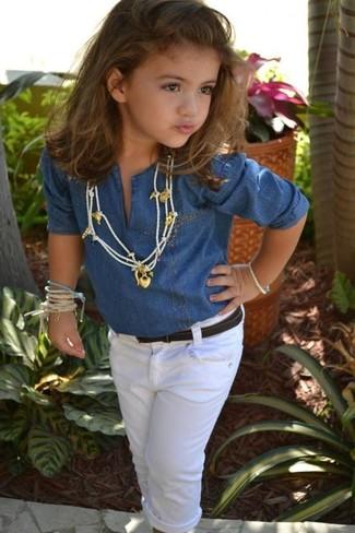 Comment porter: chemise de ville en denim bleue, jean blanc
